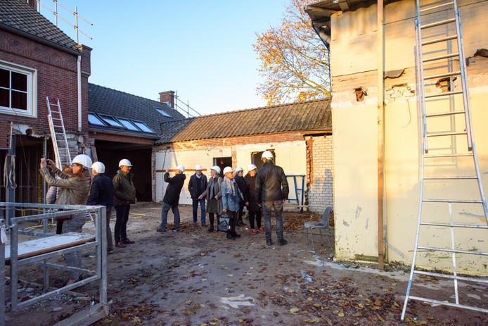 Rondleiding toekomstige bewoners in voormalige basisschool Toermalijn die verbouwd wordt.