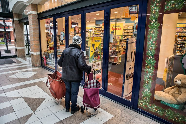 De meeste winkels zijn dicht in de grootste winkelstraat van Oud-Beijerland. Consumenten hebben het afgelopen jaar veel minder geld uitgegeven.  Beeld