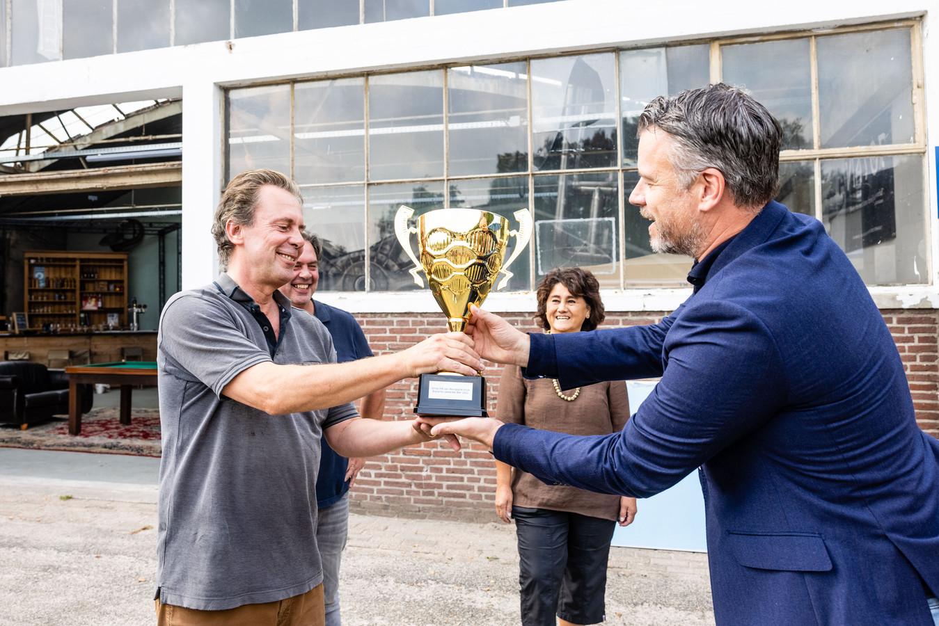 Willem Thuring, brouwer bij Bourgogne Kruis, krijgt uit handen van juryvoorzitter Rob Scheepers de beker van Brabants Lekkerste Bier 2021.
