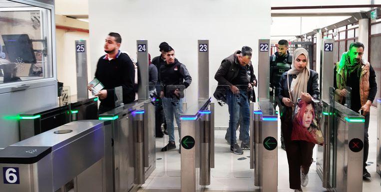 Palestijnen passeren het ultramoderne checkpoint bij Qalandia Beeld Jan Franke