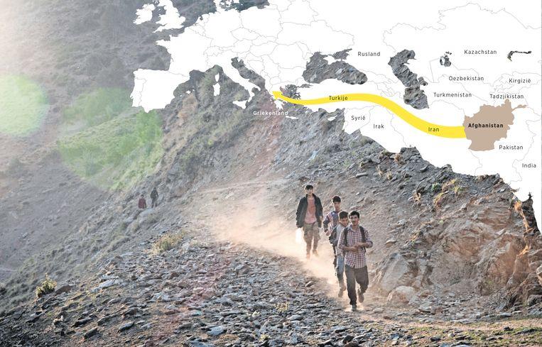 Afghaanse migranten lopen over een bergpad naar de Turkse stad Tatvan. Beeld rv