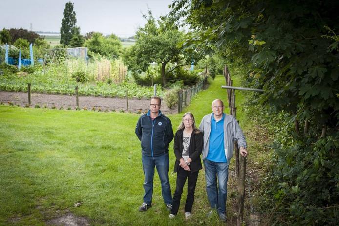 Tuiniers Frank van Linden, Tina Bolders en Kees Gravemaker van A.V.V. Woensdrecht bij het pad dat een boer gedeeltelijk heeft afgesloten. Dat gebeurde nadat tuinders groenafval in zijn bosjes hadden gedumpt. foto tonny presser/pix4profs
