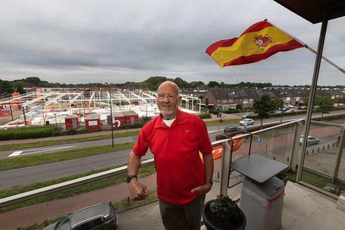 Pierre Bosems op zijn balkon in Geldrop, met op de achtergrond de Lidl XL in aanbouw.