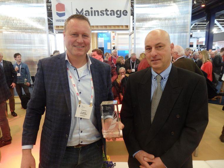 Rik Breur van Finsulate, winnaar Product van het jaar, voor een anti-algenplakstrip. Geïnspireerd op egeltjes. Met jurylid Peter Kendjian. Beeld Schuim