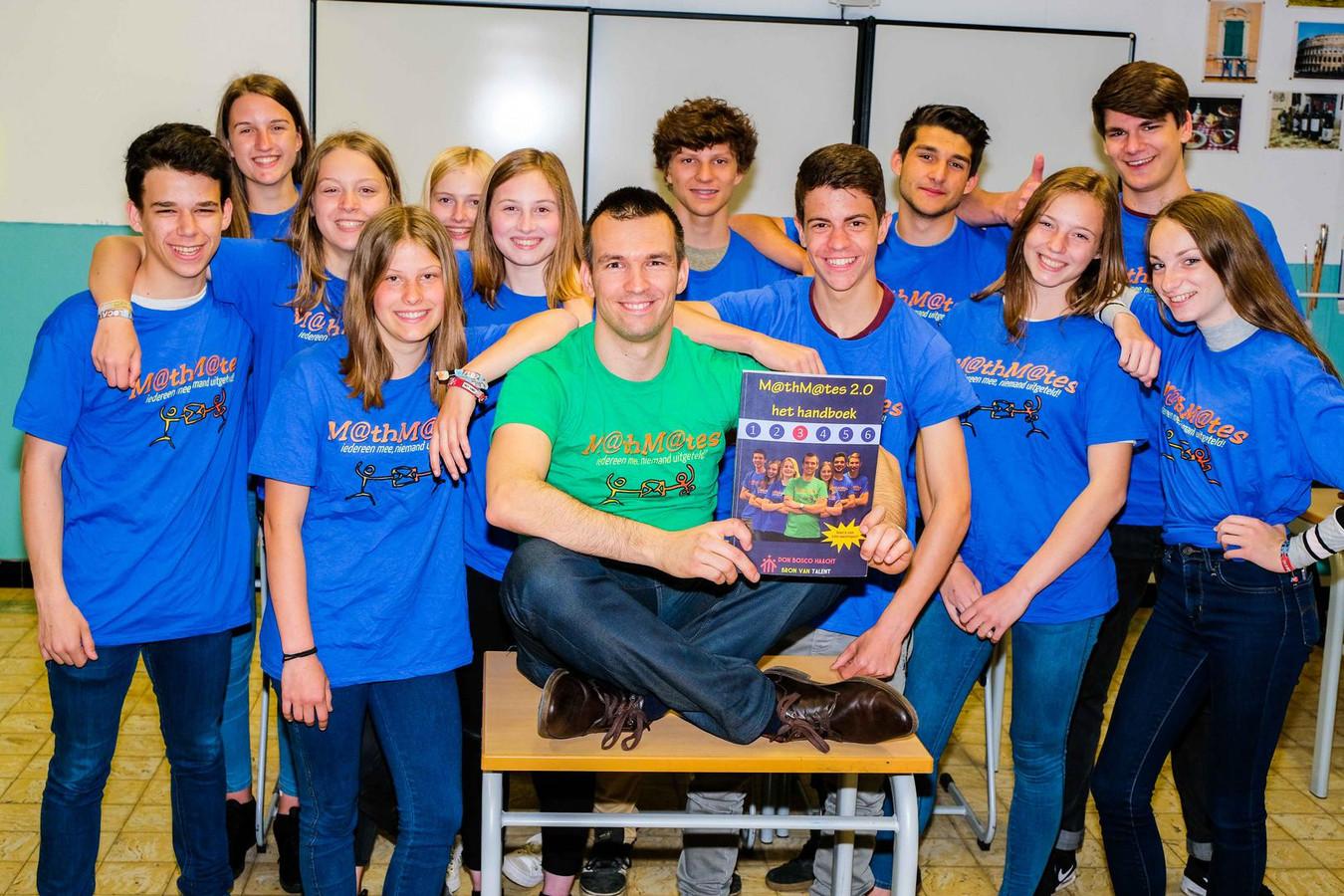 Leerkracht Kristof Van Campenhout met enkele van de leerlingen die ook in het handboek M@thM@tes fungeren.