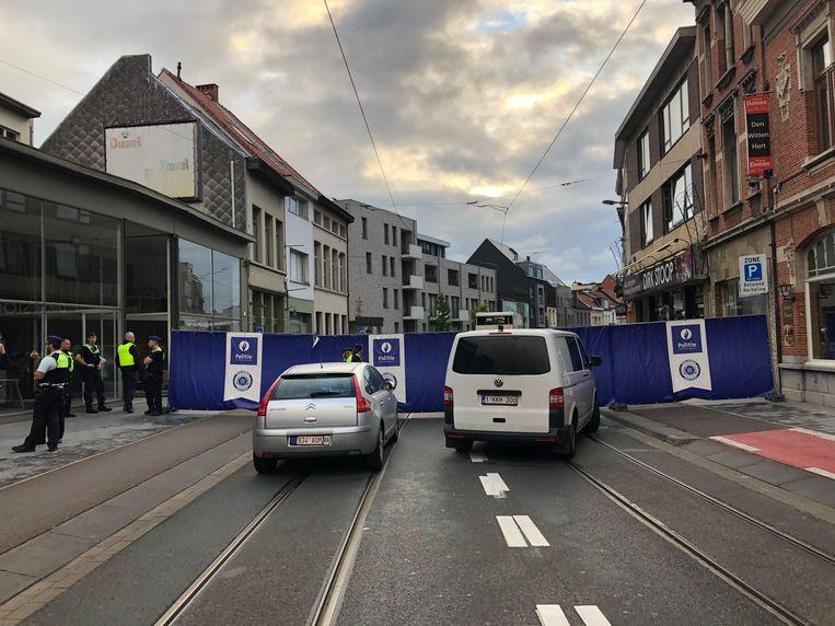 Het kruispunt van de Turnhoutsebaan in het centrum van Deurne is volledig afgesloten. Beeld Marc De Roeck