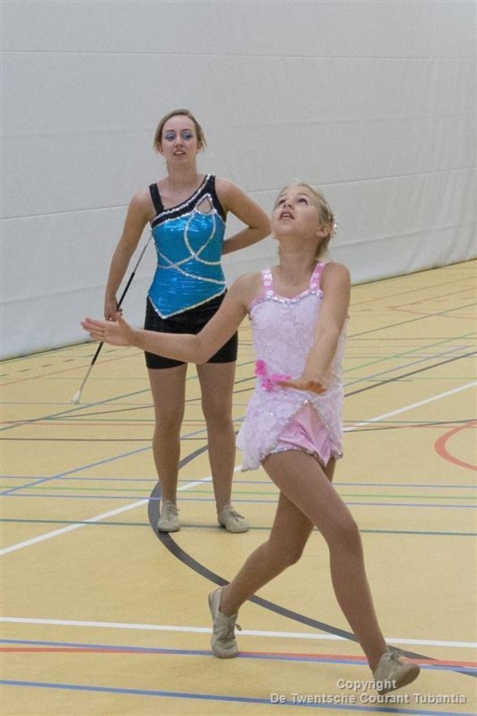 De twirlzusjes Iris (links) en Maud Jansen uit Vroomshoop: succesvol op wedstrijden voor eigen publiek.