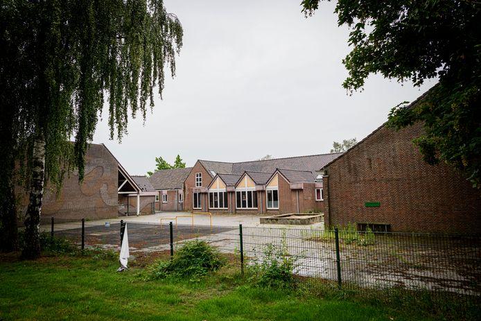 De oude sporthal (links) gaat tegen de vlakte, om plaats te maken voor appartementen. In de school komen volwaardige woningen.