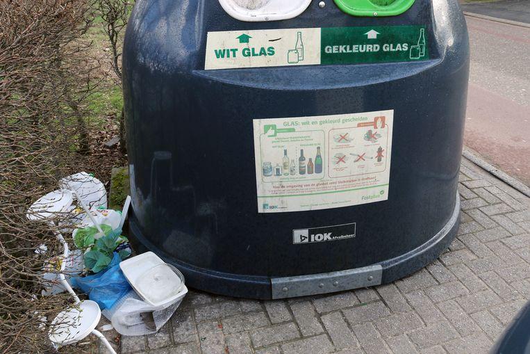 In de Wilgenlaan dumpen sluikstorters met grote regelmaat afval.