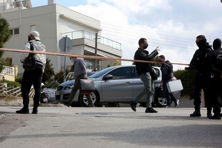De politie onderzoekt de plek van de moord, net buiten de woning van de journalist. Beeld EPA