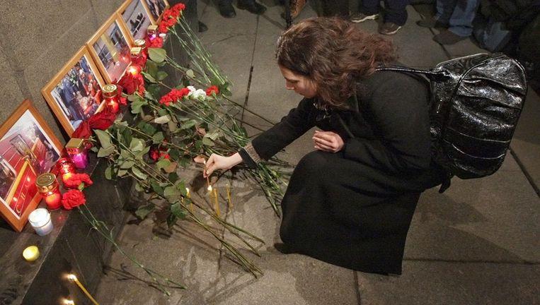 Een vrouw legt bloemen neer ter nagedachtenis van de slachtoffers van de bomaanslag in de Moskouse metro. Foto EPA Beeld