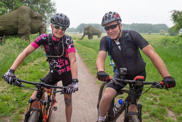 """Henny Wesseldijk en Linda Hagels fietst dit weekend voor het goede doel. """"We zijn geen wedstrijdfietsers, maar hebben wel veel mentaliteit."""""""