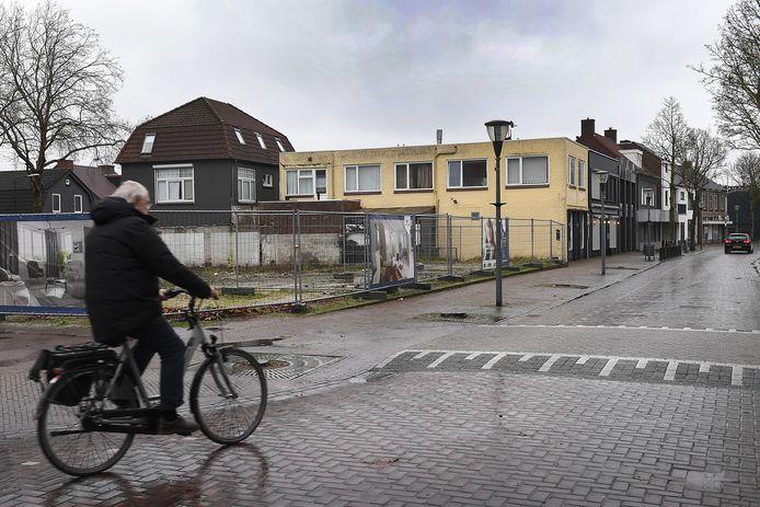 Blik op de kop van de Molenstraat, waar binnenkort gebouwd wordt aan een complex van 24 appartementen.