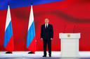 De Russische president Vladimir Poetin luistert naar het volkslied vlak voor zijn toespraak.