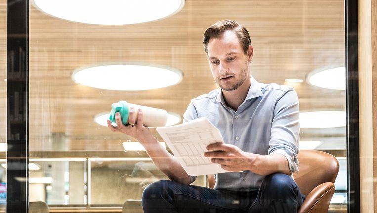 Jeroen Koenraadt (23) met een shake als maaltijdvervanger in de Universiteitsbibliotheek, Rotterdam Beeld Marlena Waldthausen