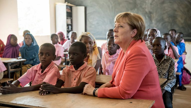 De Duitse bondskanselier Angela Merkel was vorig jaar tijdens een driedaags bezoek aan Mali, Niger en Ethiopië ook op bezoek in een schooltje in Niger. Beeld EPA