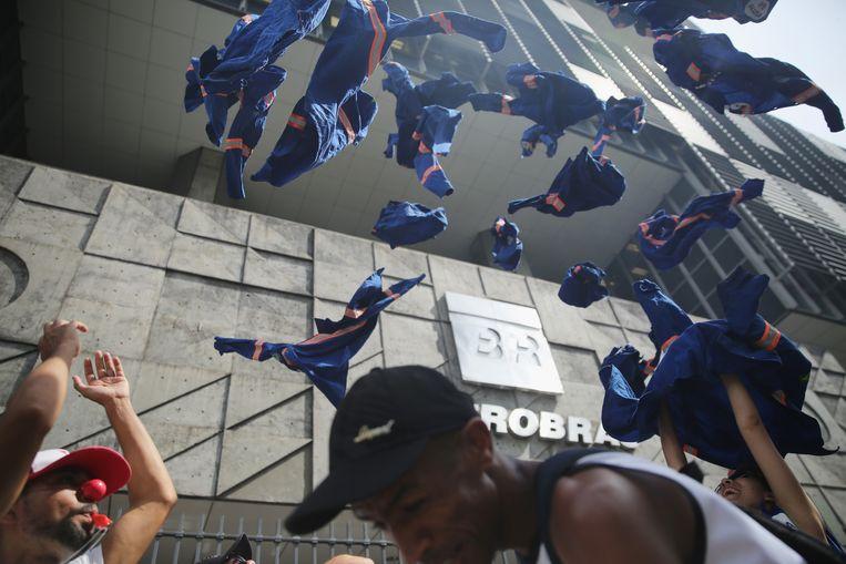 Werkers van Petrobas gooien hun uniformen in de lucht uit protest. De regulator IBAMA, voluit het Braziliaanse Instituut voor Milieu en Hernieuwbare Natuurlijke Hulpbronnen, legde Petrobras boetes op wegens vijf overtredingen met betrekking tot het olieplatform P-51, dat gelegen is in het Campos-bekken voor de kust van Rio de Janeiro. Er werden