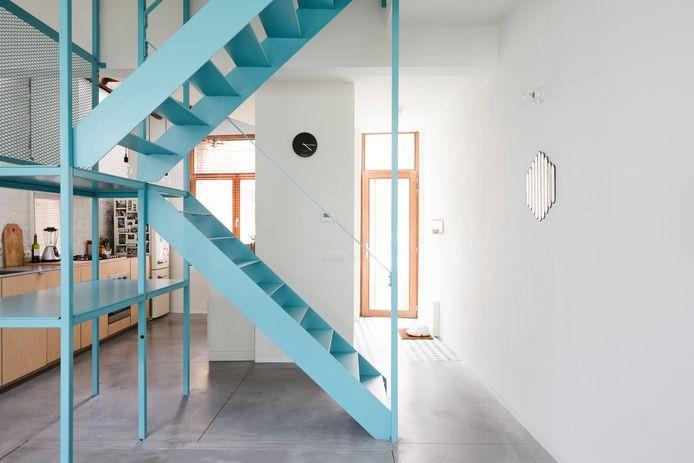 Stalen blauwe trap als centrumstuk