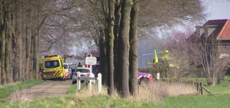 Auto botst tegen schuur in Lochem: één inzittende overleden