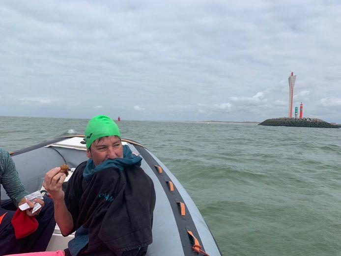 Marieke moet om 15.55 uur even in de boot omdat ze al zwemmend de Oostendse havengeul niet over mag. Net tijd genoeg voor een pannenkoek