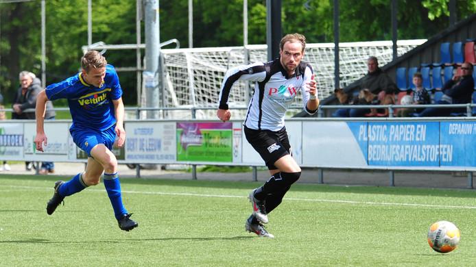 Danny Reinders stoomt op namens Sparta Enschede tegen Vroomshoopse Boys. Hij scoorde de 1-0.