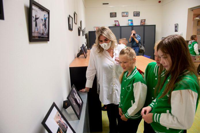 Anneloes Officier (l), bedenker van de wereldwijde rage om schilderijen uit te beelden, bewondert de expositie in Oene.