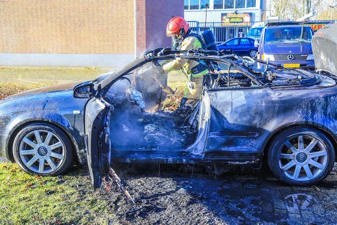 Auto brandt uit in Helmond.
