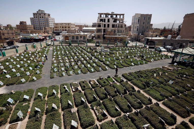 Kerkhof in Sanaa, waar slachtoffers begraven liggen van de recente aanvallen op de Jemenitische hoofdstad. Beeld EPA