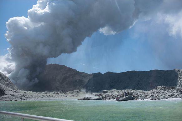 De uitbarsting van White Island gezien vanaf een boot die net van het eiland vertrokken was.