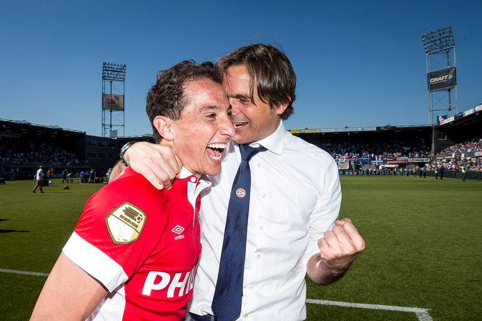 Phillip Cocu en Adrés Guardado beseffen dat het onmogelijke is waargemaakt en dat PSV tóch kampioen is in 2016.