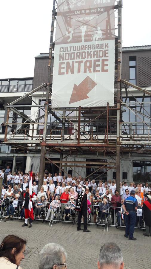 Leerlingen van basisscholen in Veghel en Schijndel staan klaar om te zingen voor Máxima.