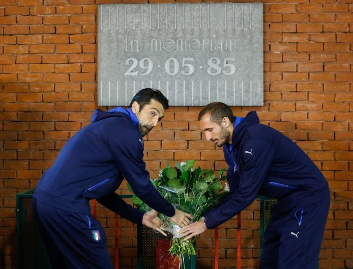Gianluigi Buffon (l) en Giorgio Chiellini legden vijf jaar geleden bloemen bij het monument voor de slachtoffers van het Heizeldrama.