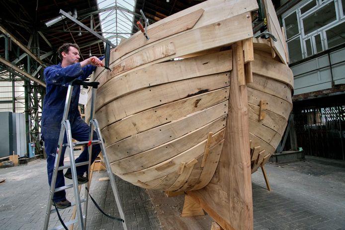 Kunstenaar Edward Clydesdale Thomson werkt aan het schip, in de Biesboschhal.