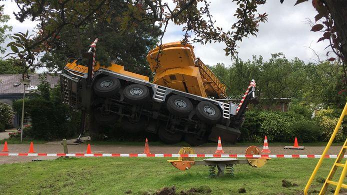 De omgevallen kraan in Brielle. Bij het ongeval vielen geen gewonden.