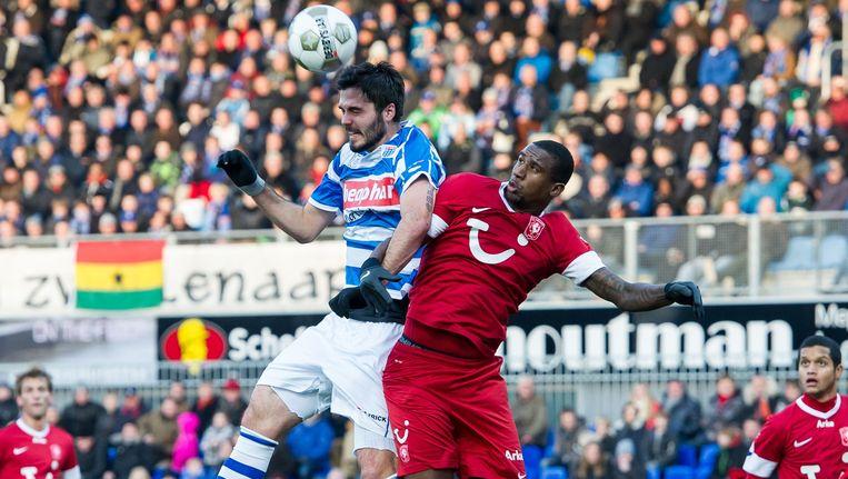 Denni Avdic (hier in duel met Douglas van FC Twente) kwam vorig jaar op huurbasis uit voor PEC Zwolle. Beeld anp