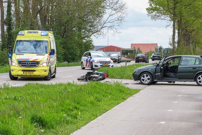 Bij een ongeval op het fietspad bij de Kuinderweg in Emmeloord raakten een bestuurder en een bijrijder van een scooter gewond.