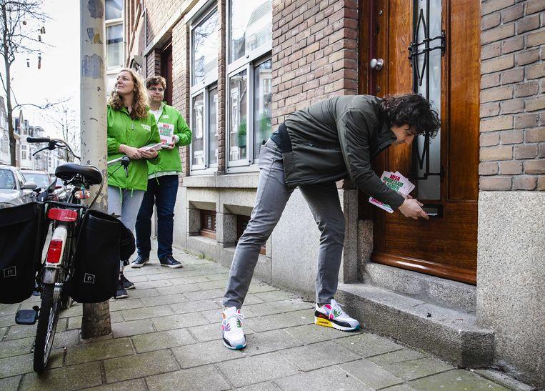 Partijleider Jesse Klaver aan het folderen in Den Haag, als onderdeel van de campagne. Beeld ANP