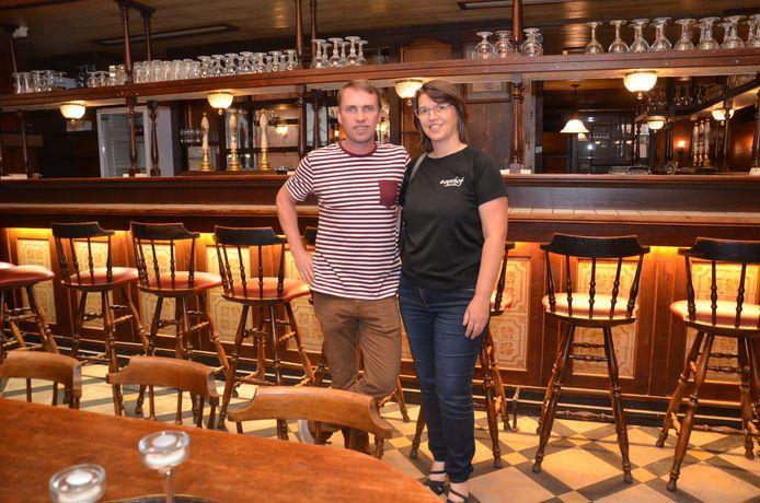Steven Van Bont en Annelies Van Droogenbroeck van Op 't Hof in café In Den Keizer in Ninove.