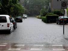 Video van de Dag   Hevige buien zetten straten in Oost-Nederland onder water