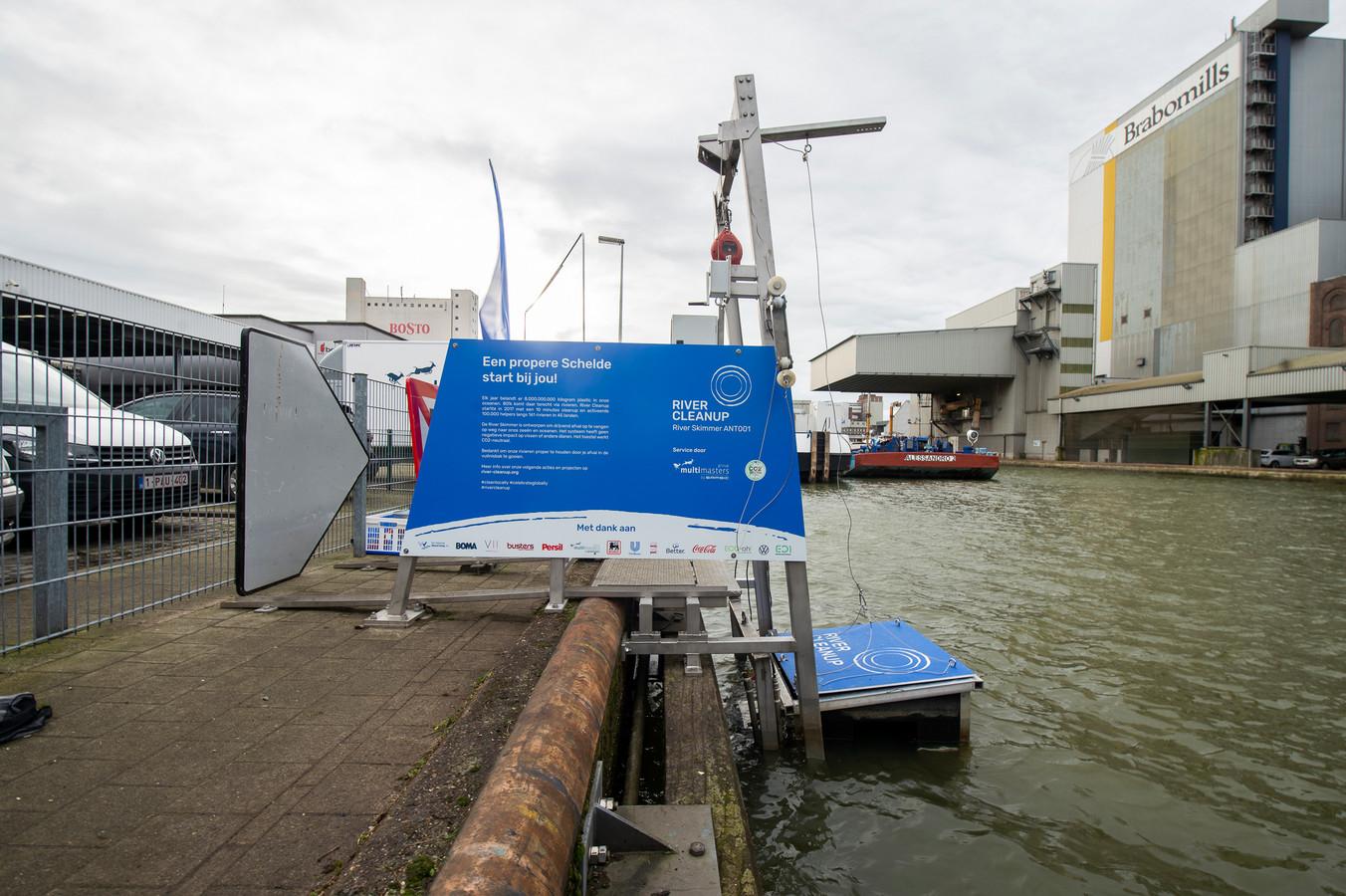 De River Skimmer is een vernieuwend technologisch toestel, dat op automatische basis afval ruimt in het water.