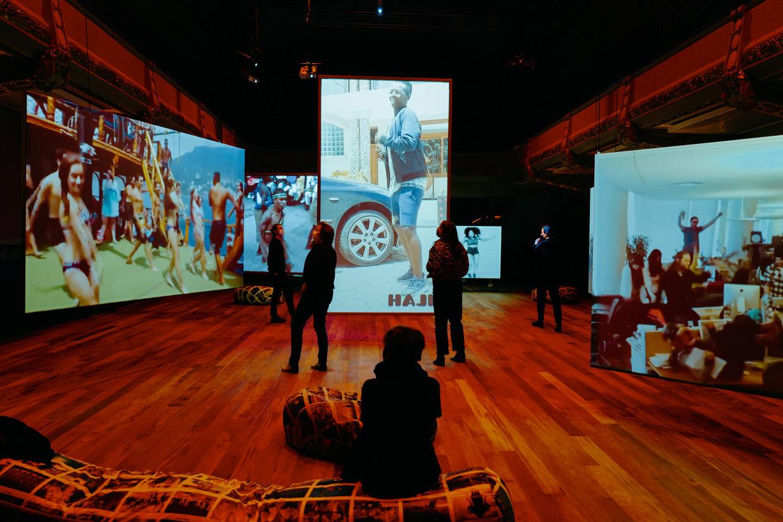 In 'Universal Tongue' tonen acht schermen 8.800 dansfilmpjes van over de hele wereld. Beeld Damon De Backer