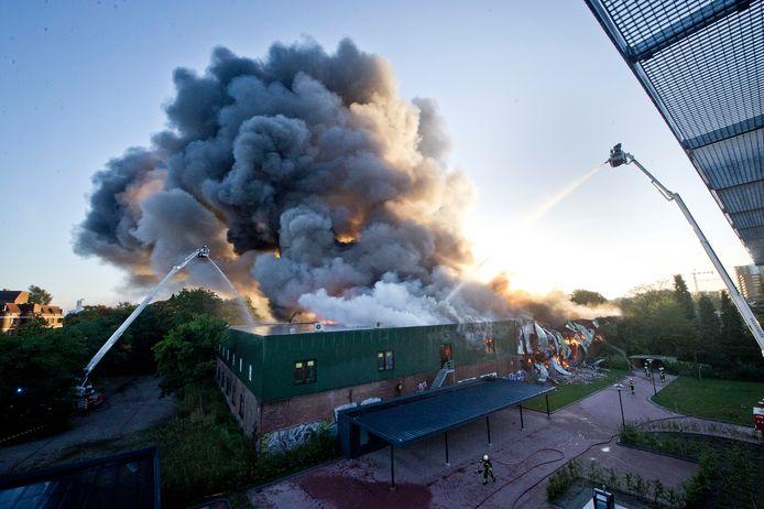 Bijna tien jaar geleden brandde dit bedrijfspand tot de grond toe af. Nu zijn er plannen voor woningen op deze plek.