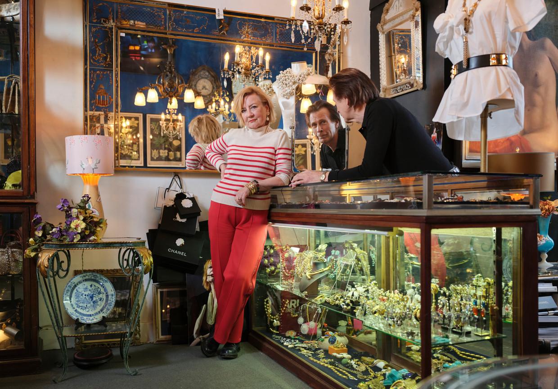 Toneelechtpaar Trudy de Jong en Theo de Groot in hun antiekwinkel de Droomfabriek in Amsterdam.  Beeld Erik Smits