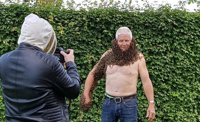 Peter van der Pol poseert met volle bijenbaard voor een cameraman.