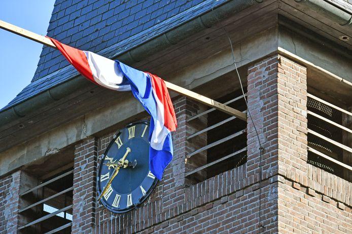 De vlag hangt halfstok bij sommige kerken.