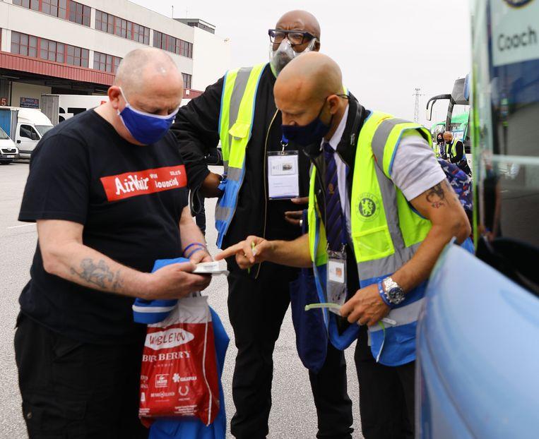 Engelse fans arriveren 29 mei op het vliegveld in Porto voor de wedstrijd Manchester City - Chelsea. Engelsen konden tot voor kort zonder veel restricties van en naar Portugal reizen. Beeld REUTERS