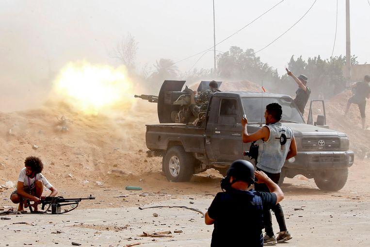 In april 2019 verloor Serraj zijn gezag definitief toen kolonel Haftar vanuit het oosten de hoofdstad Tripoli probeerde in te nemen met zijn Libische Nationale Leger (LNA).  Beeld AFP