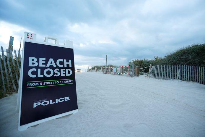 17 maart:  een strand in South Beach is door de politie afgesloten.