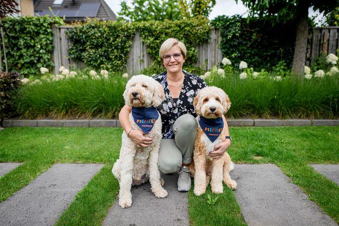 Erna Nijeboer-Schiphorst met hulphond Pieter (links) en Harry.  Er zijn steeds meer misstanden en zij geeft daarom in Borne een eerste landelijke cursus omgaan met een schoolhond.