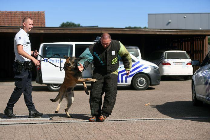 Joeri Smeys (l) en patrouillehond Vice, Politiezone BRT illustratie.